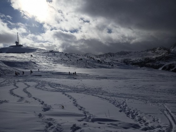 People riding the snow park at the top of Pas